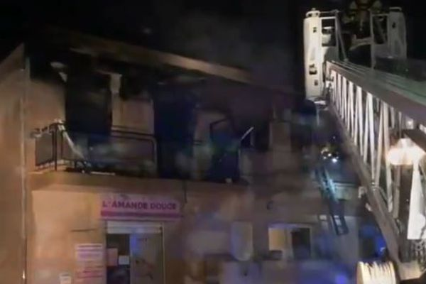 Deux studios ont été détruits et deux autres endommagés par les fumées.