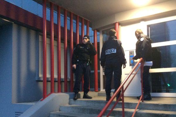 Les policiers de Brest font du porte à porte dans les immeubles pour évacuer les habitants