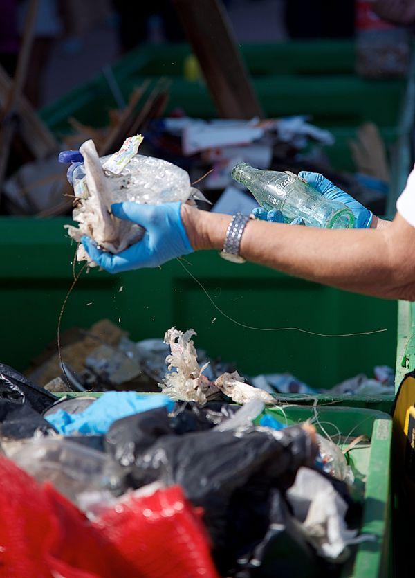 Des tonnes de déchets flottent près des côtes de Corse, et seule une infime partie est, pour l'heure, collectée.