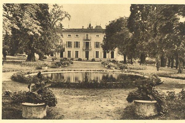 Le château du Mollard à la fin du 19 e siècle. A l'époque, il comporte au bas mot une trentaine d'ouvertures. Autant de futurs points noirs énergétiques qu'il faudra traiter 150 ans plus tard.