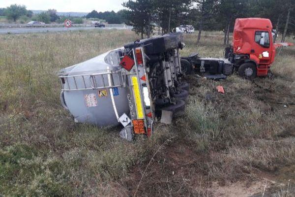 Roquemaure (Gard) - Un poids lourd transportant 33.000 litres de carburant s'est renversé sur le bas-côté en tentant de quitter l'autoroute A9, dans le sens Montpellier/Orange, au niveau de la sortie n°22. - 4 août 2021.