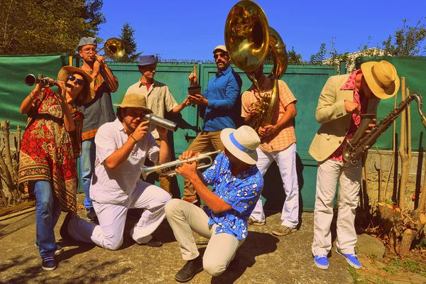 Pour la Fête de la Musique à Tournefeuille, les huit musiciens de la fanfare Super Panela se produiront sur la scène de la mairie dans une ambiance colombienne festive ce lundi 21 juin à 18 heures.