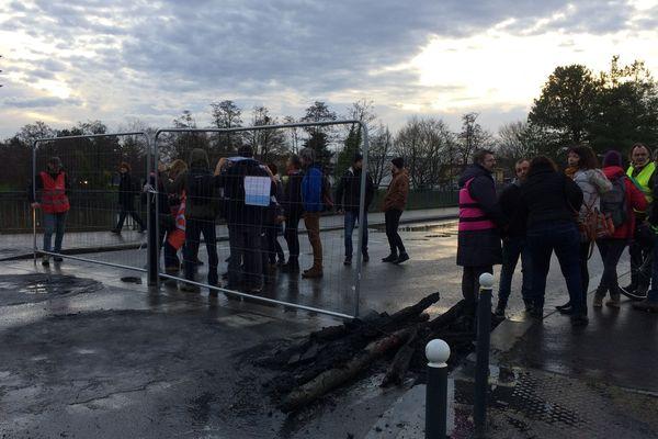 Environ 80 manifestants, au plus fort de leur action, ont bloqué les accès au dépôt de bus, plaine de Baud, à Rennes