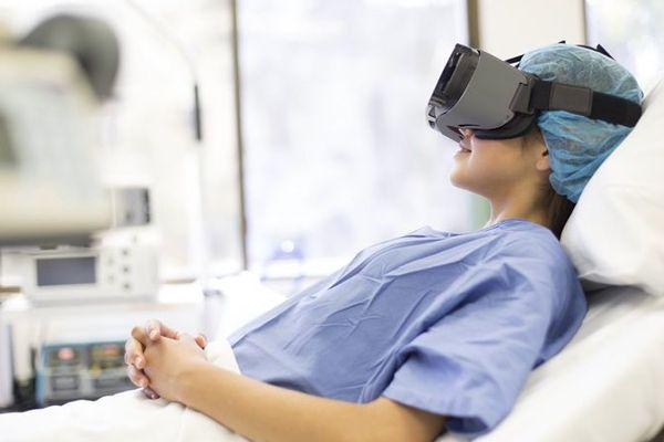 """Munie d'un casque à réalité virtuelle, la maman """"reste avec"""" son bébé en salle de réveil."""