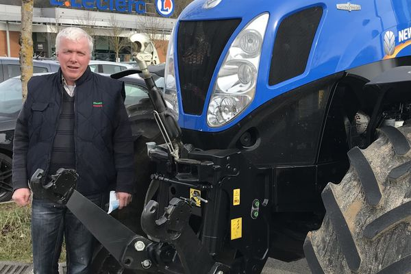 Jean-Michel Micault est venu avec son tracteur pour manifester devant les grades surfaces chaumontaises.