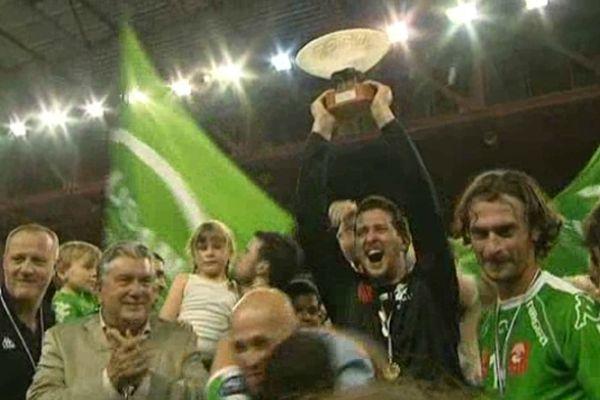Les handballeurs nîmois de l'USAM brandissant leur trophée de champion de France de D2 2013
