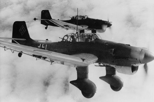 """Les redoutables bombardiers en piqué allemands Junkers Ju 87 """"Stukas"""", photographiés en décembre 1940 pour la propagande allemande."""