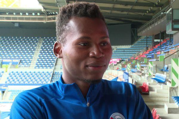 Le nouvel attaquant du Racing Habib Diallo est particulièrement à l'aise de la tête.