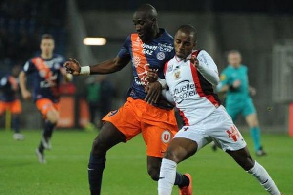 Le montpellierain Mustapha Yatabare, à gauche avec le défenseur niçois Ricardo Barbosa, pendant le match de L1  au stade de la  Mosson.