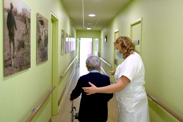 Des bénévoles peuvent intervenir ponctuellement pour soulager le personnel soignant.