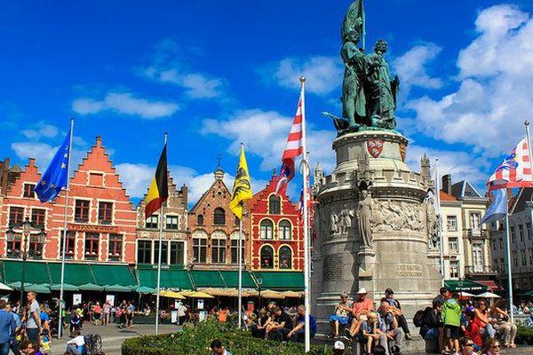 Une place de Bruges (Belgique).