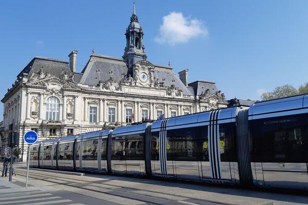 Tours et son tramway, place de la mairie