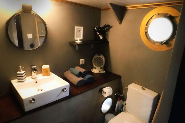 La salle de bain alimentée avec l'eau du canal grâce à un système de filtration