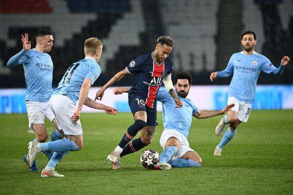Neymar face à plusieurs joueurs de Manchester City au match aller