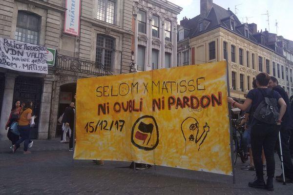 Une cinquantaine de personnes se sont rassemblées en la mémoire de Selom et Matisse.