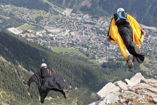 Le Brévent domine Chamonix, c'est un terrain d'envol apprécié par les fans de wingsuit