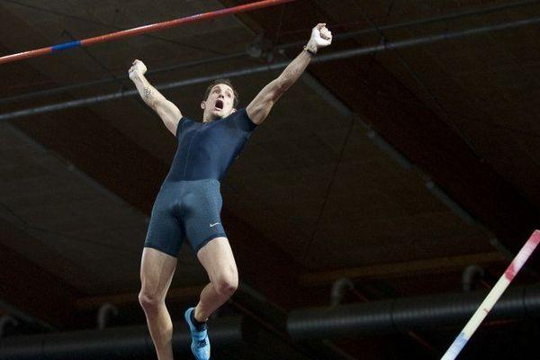 Renaud Lavillenie vient de franchir la barre des 6,08 mètres au meeting de Bydgoszcz, en Pologne.