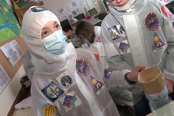 Les écoliers revêtent une combinaison pour s'imprégner du voyage dans l'espace