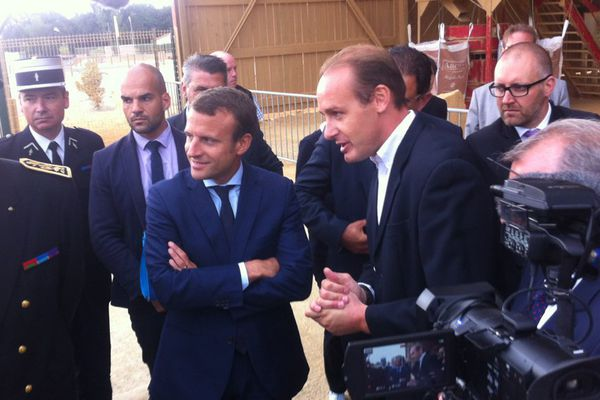 Emmanuel Macron en visite dans l'entreprise Argilus, en Vendée, spécialisée dans les matériaux de construction écologiques.
