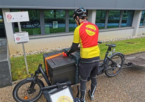 Les repas sont livrés par des vélos cargo électriques.