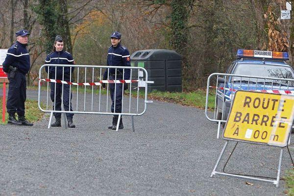 Les gendarmes bloquent l'accès