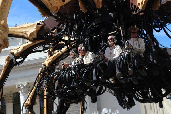 L'araignée Kumo remonte la rue Jean-Jacques Rousseau