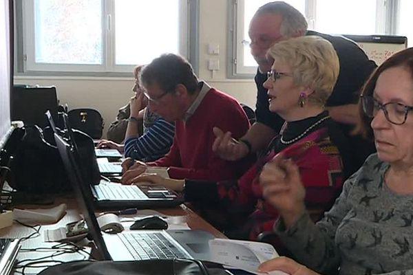 Des associations proposent des formations pour apprendre à se servir d'internet.
