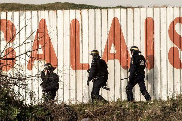 De nouveaux heurts ont opposé migrants et forces de l'ordre ce dimanche le long de la rocade portuaire à Calais.