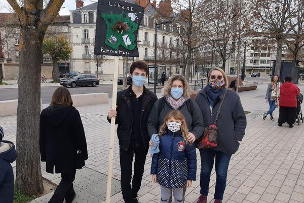 Aurore (au centre), son fils Yannick, sa fille et Pascale étaient présents pour défendre l'instruction en famille ce vendredi à Dijon.