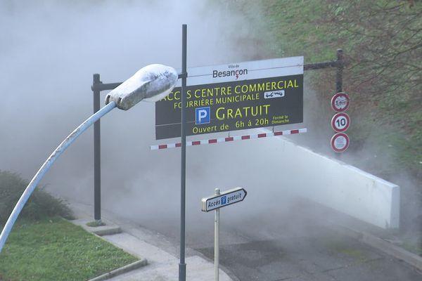 Les épaisses fumées se dégagent de l'incendie du parking municipal Cassin.