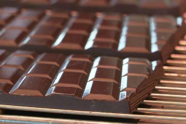 Des tablettes de chocolats, en forme de carreaux du métro parisien, réalisés dans une chocolaterie alsacienne, à Saverne (Bas-Rhin).