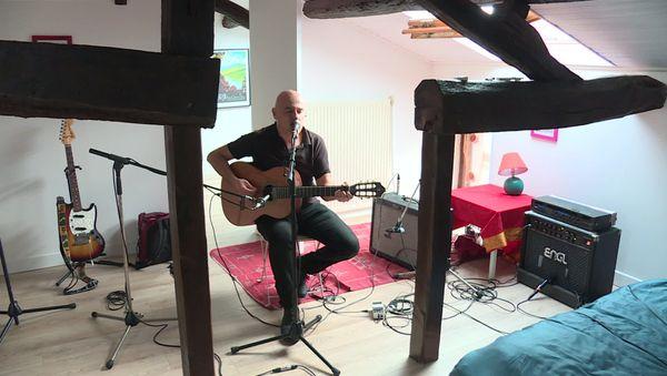 le chanteur dans son atelier situé à Rezé près de Nantes