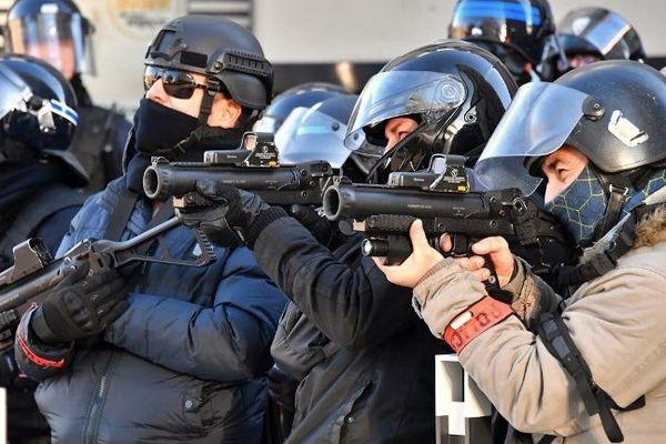 Des policiers à Nîmes lors de la manifestation des Gilets jaunes le 12 janvier.