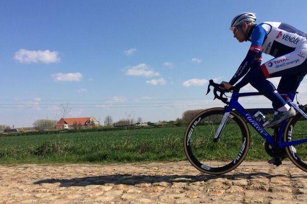 L'équipe Total Direct Energie a dévoilé son nouveau maillot bleu lors de la reconnaissance des secteurs de Paris-Roubaix.