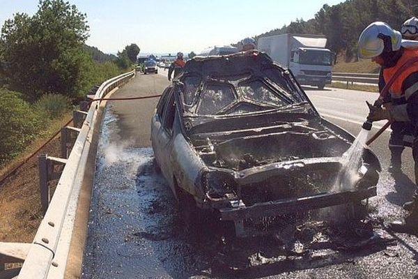 A61 : bouchon entre Narbonne et Carcassonne à cause d'un incendie de voiture sur la bande d'arrêt d'urgence - 28 juillet 2016.