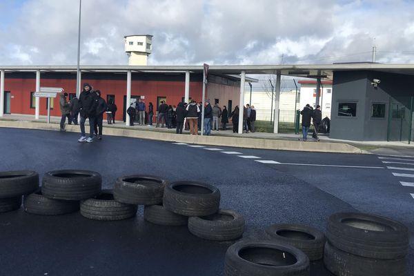 Des pneus ont été installé devant l'entrée de la prison de Vendin-le-Vieil