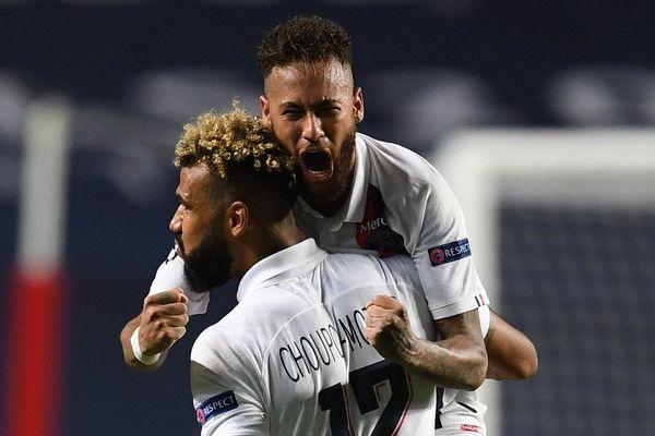 Les joueurs Choupo-Moting et Neymar célèbrent leur victoire face à l'Atalanta ce mercredi 12 août.