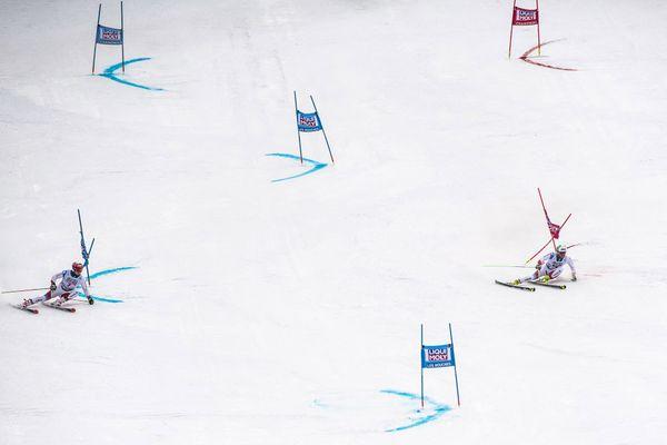 Les suisses Loic Meillard et Thomas Tumler lors du slalom géant parallèle de la Coupe du monde de ski alpin FIS à Chamonix, le 9 février 2020.
