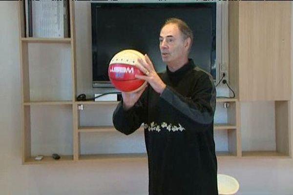 L'ex joueur et entraîneur de retour avec un ballon de basket