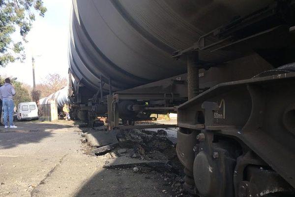 Le train de marchandises hors de sa voie ce vendredi matin.