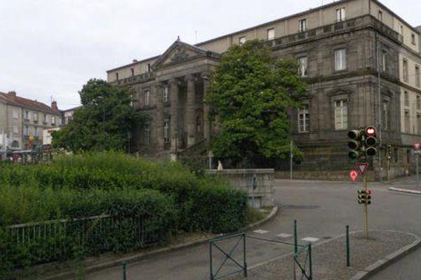 L'ancienne directrice de la maison de retraite de Châlus et Nexon en Haute-Vienne comparaît devant le tribunal correctionnel de Limoges ce vendredi 30 octobre 2015