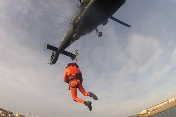 Simulation d'hélitreuillage par la Marine Nationale, qui participe à l'exercice - archives