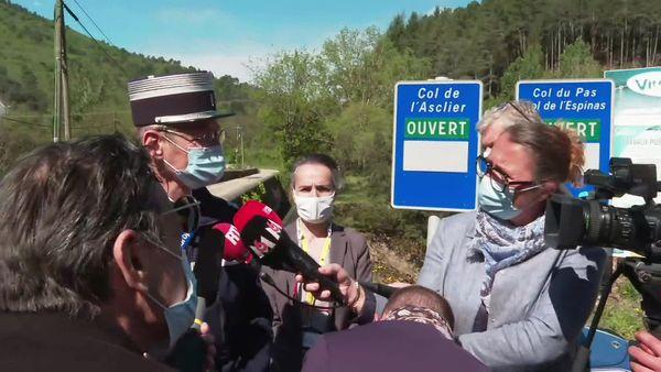 """Conférence de presse du Colonel Haas et de la sous-préfète du Gard en """"zone libre"""" ce matin pour informer les journalistes interdits d'accès aux Plantiers."""
