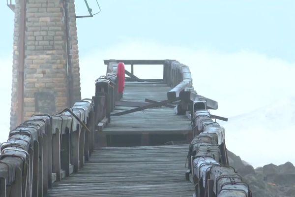 Une partie de la promenade en bois érigée au dessus de l'océan, édifice mythique de Capbreton, s'est effondrée, fragilisée par la force des eaux.