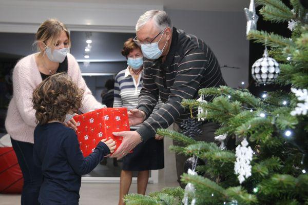 Des chiffres stables avant les retrouvailles familiales à Noël. On préconise le masque à l'intérieur et une distance entre les 6 convives (adultes) à table...