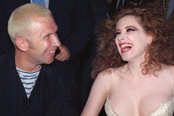 Le couturier Jean-Paul Gaultier et l'actrice italienne Francesca Dellera, aux Bains Douches, à Paris, en 1991.