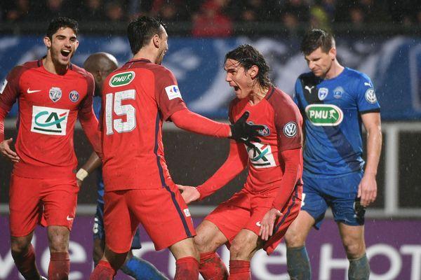 Edilson Cavani marque le deuxième but du match face à Niort en huitième de finale de la Coupe de France.