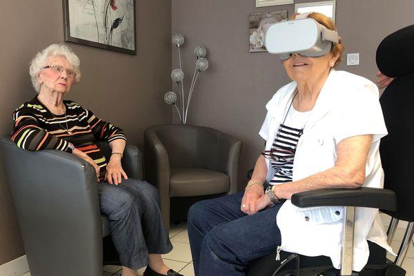 Le casque de réalité virtuelle offre aux seniors quelques minutes d'évasion.
