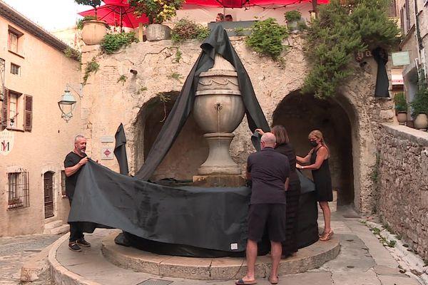 L'association des commerçants de Saint-Paul-de-Vence dans les Alpes-Maritimes dénonce les difficultés financières et l'indifférence du gouvernement. La fontaine centrale symboliquement recouverte d'un drap noir ce 8 septembre.