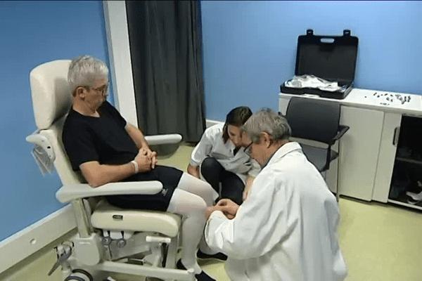 Ce patient est équipé de capteurs dans le cadres d' une étude sur la mobilité des malades de Parkinson